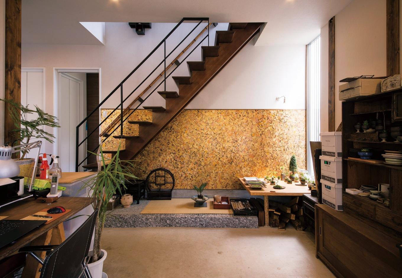 共感住宅 ray-out (レイアウト)【デザイン住宅、趣味、自然素材】1階の土間は、ご主人の仕事場。金箔入りのアクセントウォールや階段の竹の手すりなど、個性的な素材を用いながら、居心地のいい空間になっている