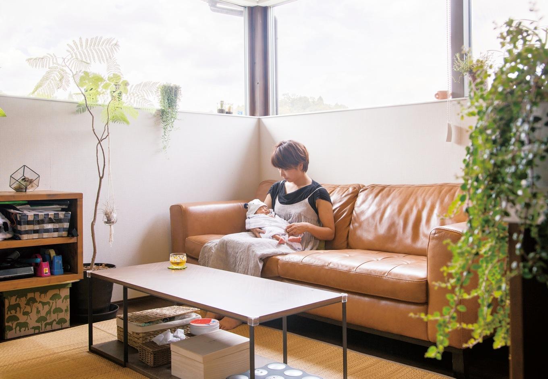 共感住宅 ray-out (レイアウト)【デザイン住宅、趣味、自然素材】2階LDKのリビングスペースから四季折々の景色を楽しめるのがご夫婦の自慢。極端に横に長いコーナー窓が山景色を切り取り、空間に光を与えてくれる
