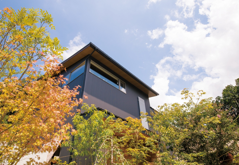 共感住宅 ray-out (レイアウト)【デザイン住宅、趣味、自然素材】周囲の景観と良く馴染むシンプルな外観。家の中からの景色の見え方を考慮して、建物の配置や高さ、窓や戸の位置にまでこだわった