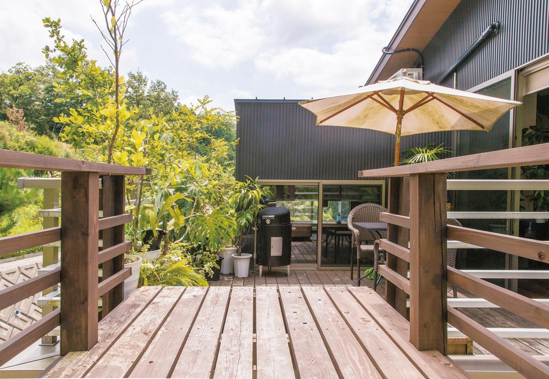 共感住宅 ray-out (レイアウト)【デザイン住宅、趣味、自然素材】家と裏山をつなぐ橋は、ご主人の手づくりだ