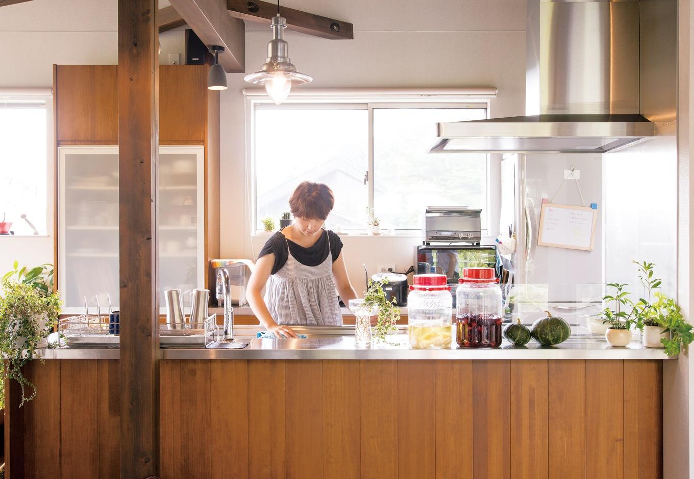 共感住宅 ray-out (レイアウト)【デザイン住宅、趣味、自然素材】キッチンには、奥さま手製の果実酒が並ぶ