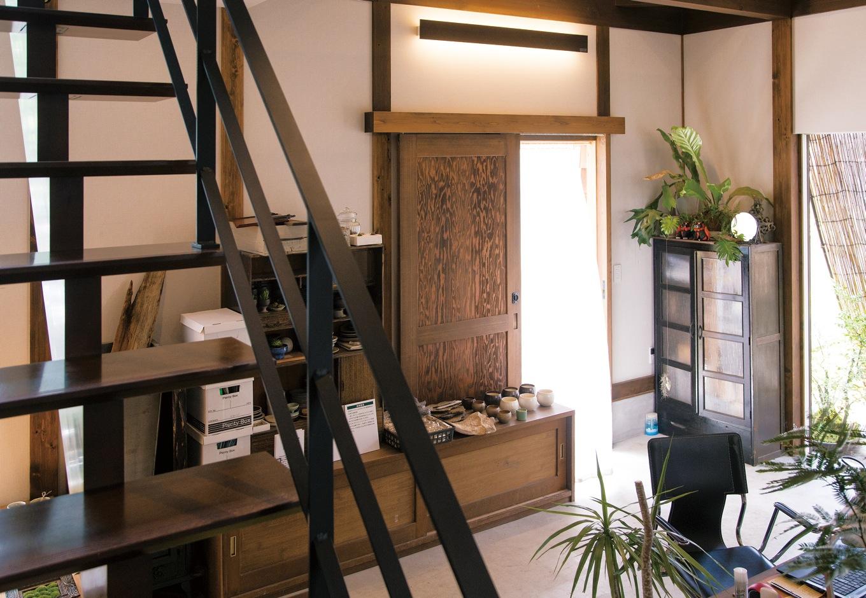 共感住宅 ray-out (レイアウト)【デザイン住宅、趣味、自然素材】1階は仕事場と寝室、2階はLDKと居場所を分けた