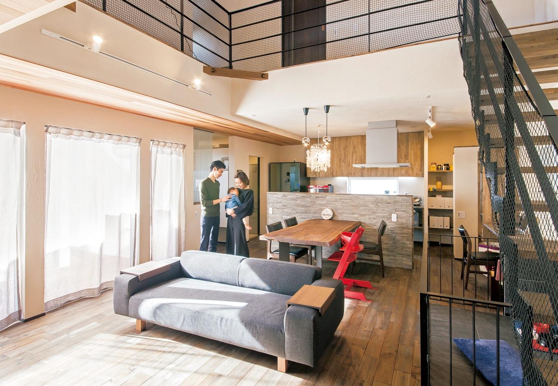 共感住宅 ray-out (レイアウト)【デザイン住宅、自然素材、省エネ】吹き抜けのLDK。階段や2階の手すりのほか、愛犬のゲージもブラックに統一