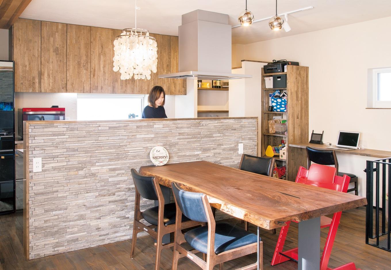 共感住宅 ray-out (レイアウト)【デザイン住宅、自然素材、省エネ】機能的なアイランドキッチンは奥さまのこだわり。ところどころ素材や色味を変え、落ち着いていながら華やかな印象に