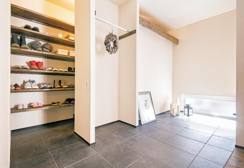 共感住宅 ray-out (レイアウト)【デザイン住宅、自然素材、省エネ】驚くほど広い玄関ホールも段差のないバリアフリー設計。収納力も抜群にある