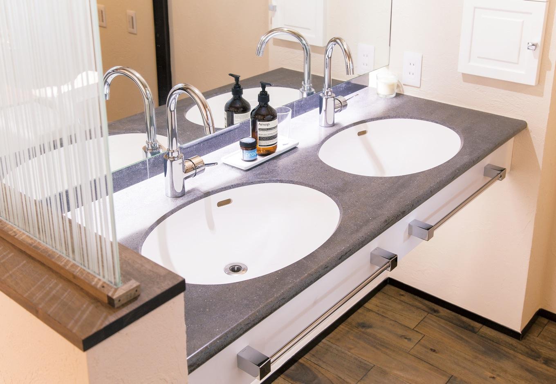 共感住宅 ray-out (レイアウト)【デザイン住宅、自然素材、省エネ】忙しいご夫婦の朝のためにダブル洗面ボウルなど洗面所を多く設置。子どもが大きくなっても混雑することなくストレスフリーで活用できる