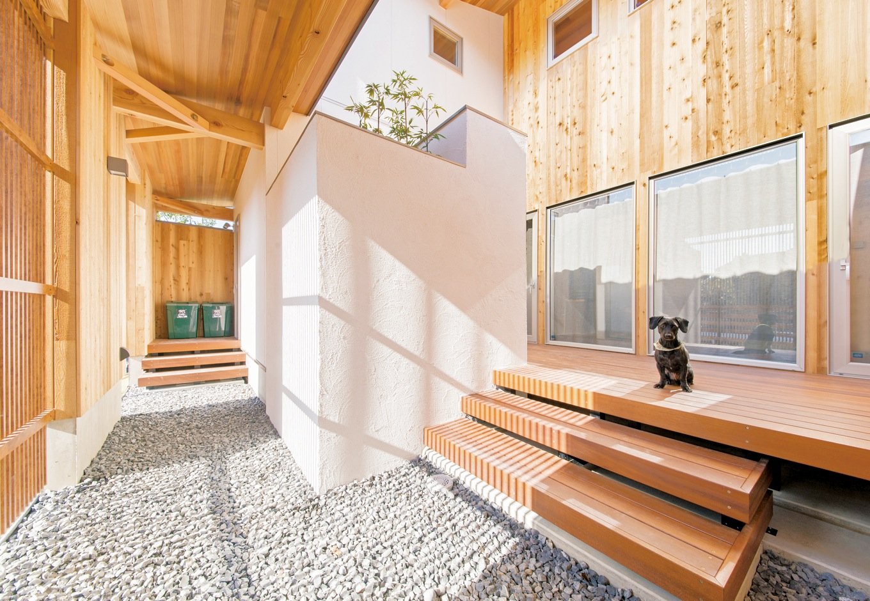 共感住宅 ray-out (レイアウト)【デザイン住宅、自然素材、省エネ】デッキのある中庭は格子に囲まれ、外からの視線が気にならない。愛犬も中、外、構わず目一杯走り回る