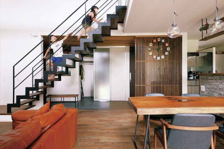 共感住宅 ray-out (レイアウト)【デザイン住宅、子育て、間取り】シックな空間に、アイアンのリビング階段がインパクトあり。今は子どもたちの格好の遊び場だ