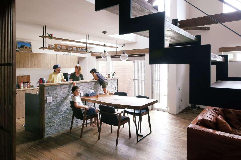 共感住宅 ray-out (レイアウト)【デザイン住宅、子育て、間取り】キッチンは夫婦2人で立っても料理がしやすい広さ。子どもも集まり、自然と会話が生まれる