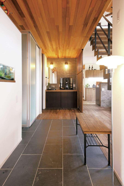 共感住宅 ray-out (レイアウト)【デザイン住宅、子育て、間取り】段差のない玄関ホールも広々設計。ランドセル置き場など、適材適所の収納スペースが便利だ