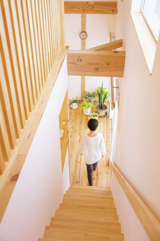 共感住宅 ray-out (レイアウト)【デザイン住宅、趣味、省エネ】階段をリビングに設けたことにより1階と2階が一つの空間となった