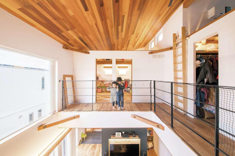 共感住宅 ray-out (レイアウト)【デザイン住宅、子育て、収納力】吹き抜けをぐるりと回れる2階スペースは、子どもたちの格好の遊び場に。広々とした空間で、伸びやかに育ってくれるに違いない
