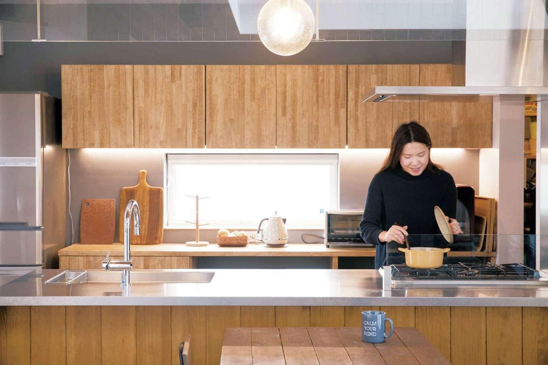 共感住宅 ray-out (レイアウト)【デザイン住宅、子育て、収納力】奥さまこだわりのオープンキッチンも、無垢材とアイアンの組み合わせ。ガス台は、料理が大好きな奥さまがこだわって選んだ、ダッチオーブンも使えるプロ仕様