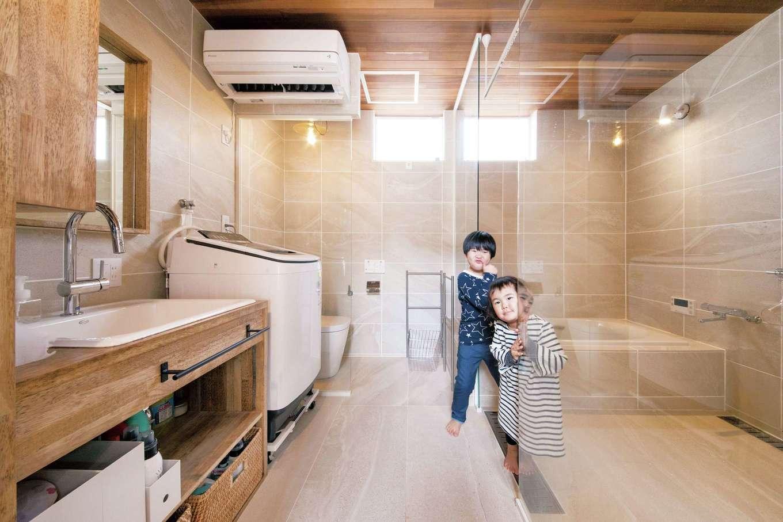 共感住宅 ray-out (レイアウト)【デザイン住宅、子育て、収納力】仲の良いOさん家族を見て、『共感住宅 ray-out』が提案。ホテルのようなシースルーにしたことで、バス&トイレは驚くほど開放的で居心地が良く、子どもたちにも大好評。気になるトイレのプライベート性も、密室感があって問題なし。またママの目が行き届くため、子どもたちも1人でトイレやお風呂に入れるようになったそう