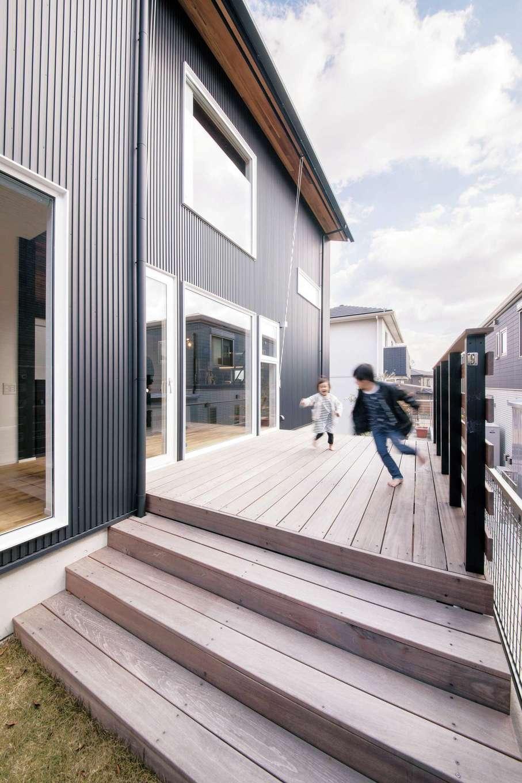 共感住宅 ray-out (レイアウト)【デザイン住宅、子育て、収納力】フラットにつながり、LDKの延長のようなウッドデッキも快適。気候の良い日には、友人を招いてBBQなどが楽しみだ