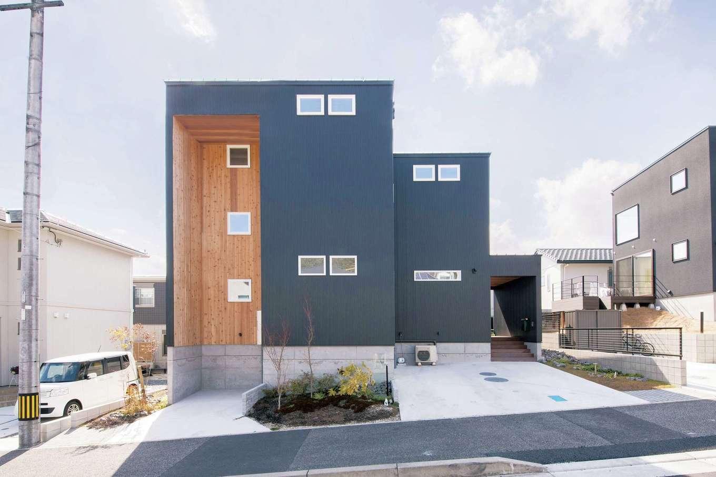 共感住宅 ray-out (レイアウト)【デザイン住宅、子育て、収納力】線と面のみで構成されたシンプルな外観だが、インパクトは大。ブラックのガルバリウム鋼板に一部木材を採用し、凹んだスペースは駐車場としても利用可能