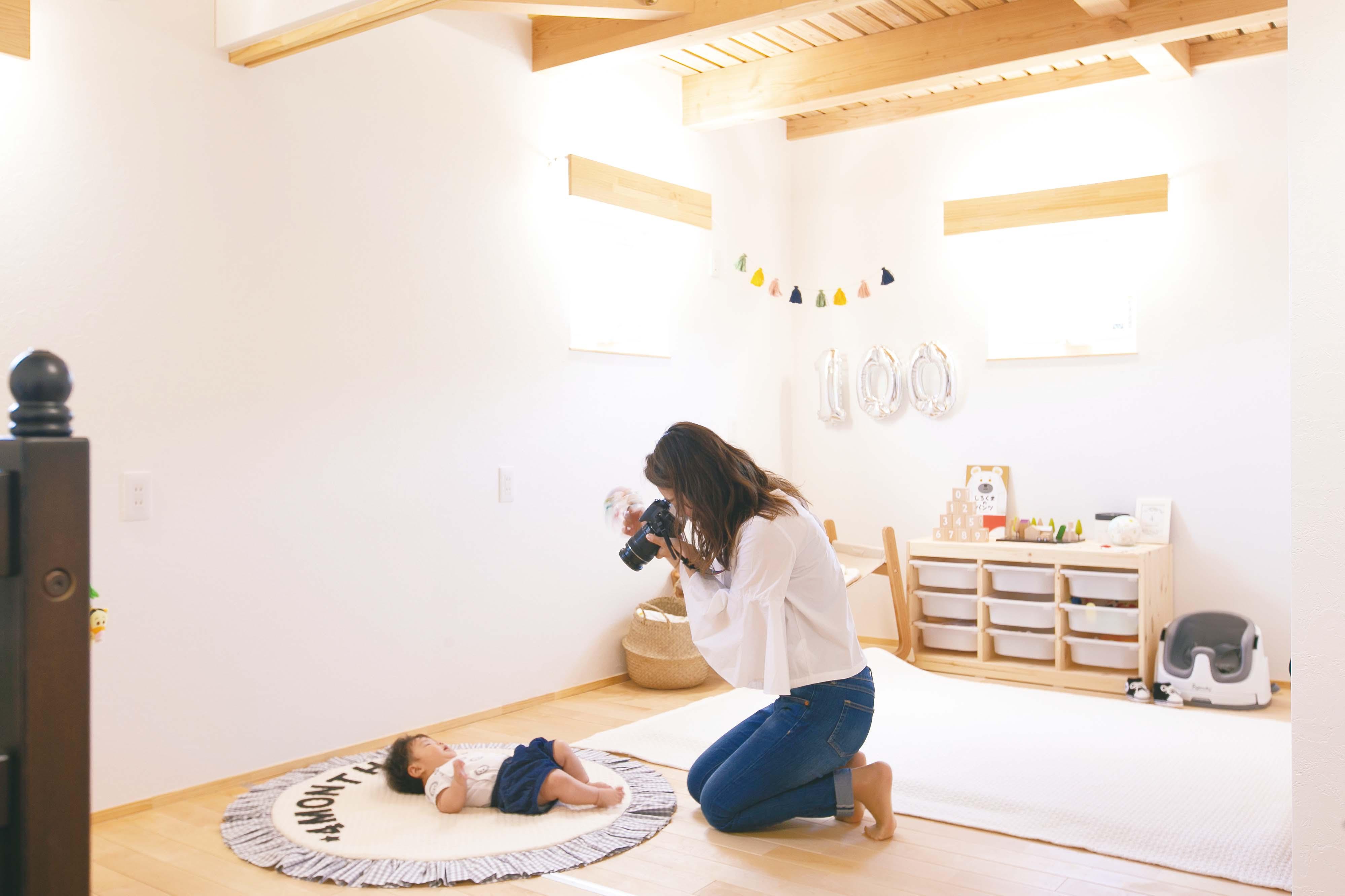 """共感住宅 ray-out (レイアウト)【デザイン住宅、子育て、趣味】子ども部屋は、将来2部屋に間仕切りできるようになっている。現在は、ここでかわいらしい赤ちゃんの寝姿の""""おひるねアート""""に興じることも"""