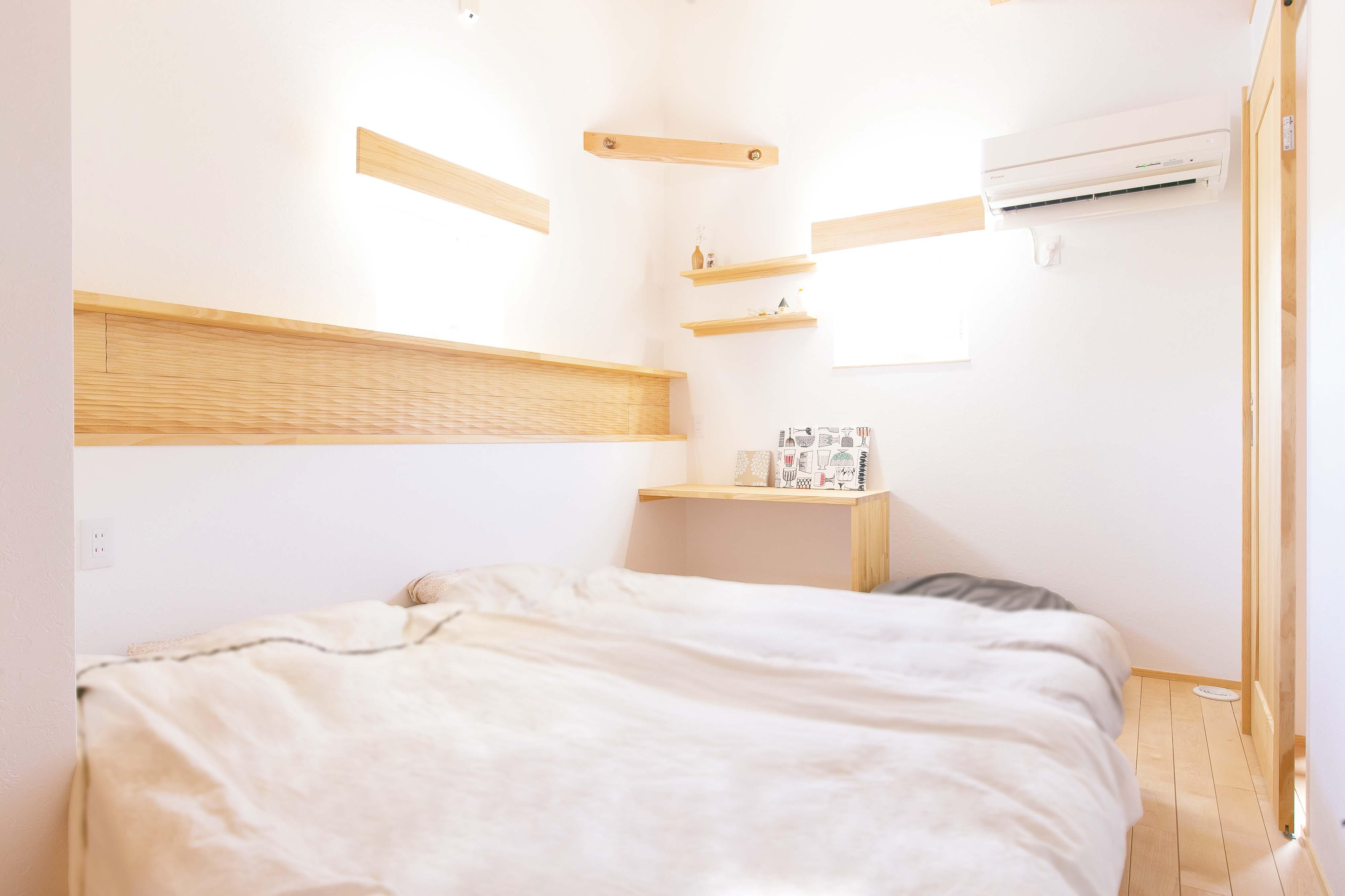 共感住宅 ray-out (レイアウト)【デザイン住宅、子育て、趣味】主寝室も明るく開放的で、まるで北欧の森に佇むホテルの一室のよう