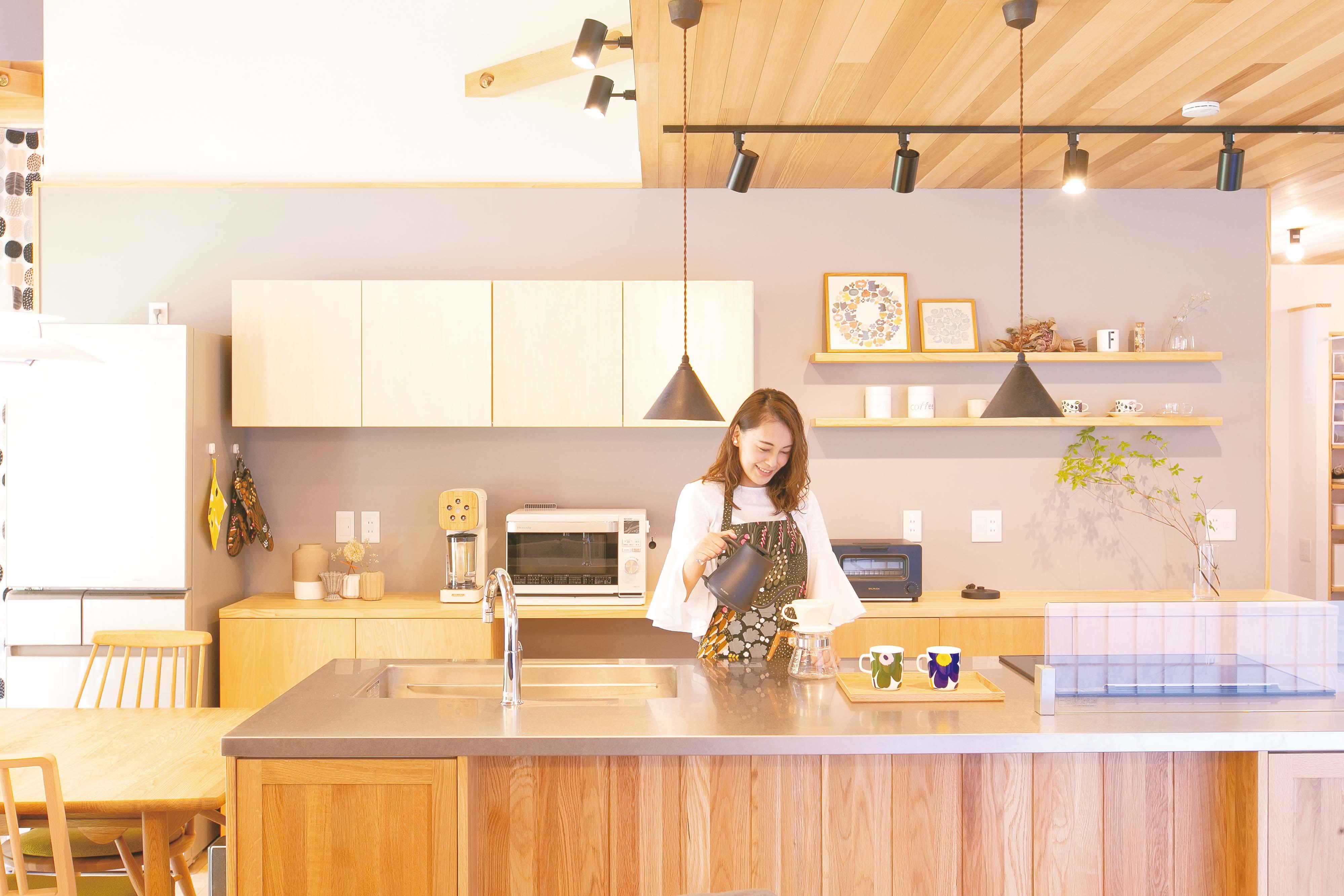 共感住宅 ray-out (レイアウト)【デザイン住宅、子育て、趣味】奥さまがこだわり抜いたキッチン。忙しい子育ての合間には、お気に入りのマリメッコのカップでコーヒータイムを楽しんでいる