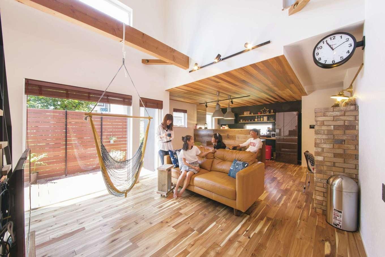 共感住宅 ray-out (レイアウト)【デザイン住宅、インテリア、間取り】無垢のフローリングや古びた足場板やレンガに加えて、時計やゴミ箱、照明といったインテリアがアメリカン&インダストリアルの空間を演出している
