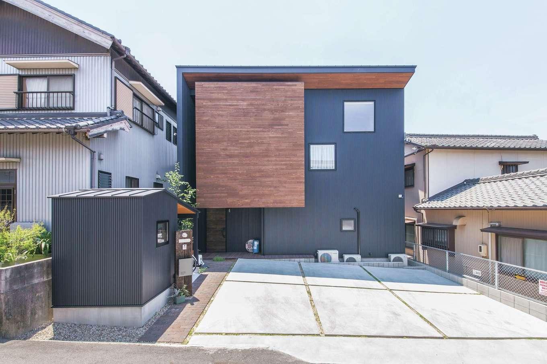 共感住宅 ray-out (レイアウト)【デザイン住宅、インテリア、間取り】ガルバリウム鋼板とウッドを組み合わせた外観。シンプルながら印象に残るデザインだ