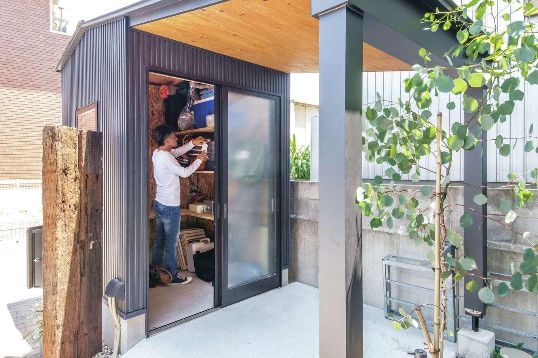 共感住宅 ray-out (レイアウト)【デザイン住宅、インテリア、間取り】脇には、母屋と同じデザインの作業部屋を設置。OSB合板を張るなど、こちらもアメリカン&インダストリアルなテイスト