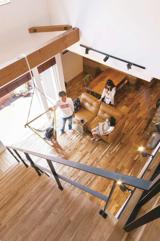 共感住宅 ray-out (レイアウト)【デザイン住宅、インテリア、間取り】吹き抜け空間には、ハンモックを吊るすため梁を走らせた。年中快適なLDKで、このハンモックやソファで家族団らんの時に楽しんでいる