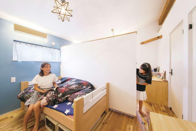 共感住宅 ray-out (レイアウト)【デザイン住宅、インテリア、間取り】小学校6年生と3年生の仲良し姉妹のプライベートルーム。プライベート感もありつつ、互いの部屋を自由に行き来できる