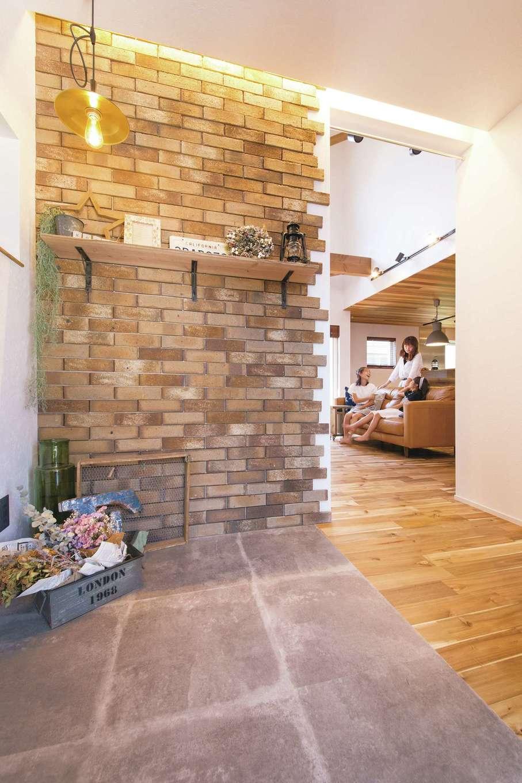 共感住宅 ray-out (レイアウト)【デザイン住宅、インテリア、間取り】フラットな玄関ホール。異素材の組み合わせが楽しい
