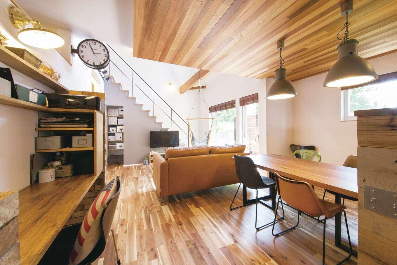 共感住宅 ray-out (レイアウト)【デザイン住宅、インテリア、間取り】家全体をひとつの大きな空間ととらえた設計。風呂や洗面・脱衣所を含め、部屋を完全には間仕切りせず、温度と湿度のバリアフリー空間を実現。適材適所の造作机や収納も見事