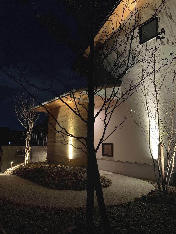 共感住宅 ray-out (レイアウト)【デザイン住宅、自然素材、ペット】夜の見た目にもこだわり、瀟洒なレストランのように建物をライトアップした外観。ご主人が1日の仕事を終えて帰宅した時も、「おかえり」と語りかけてくるように温かく迎え入れてくれる。ライトアップしたことで防犯にも役立っている