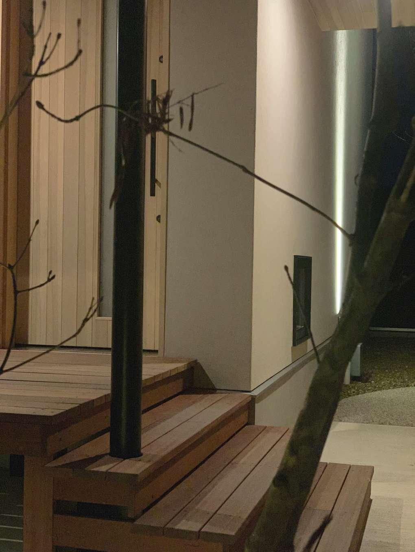 共感住宅 ray-out (レイアウト)【デザイン住宅、自然素材、ペット】玄関ポーチはウッドデッキと一体化している。木のステップを一段踏みしめるごとに、家に戻った安堵感が高まってくる