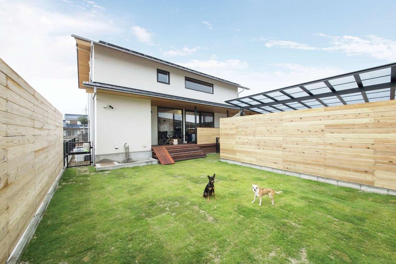 共感住宅 ray-out (レイアウト)【デザイン住宅、自然素材、ペット】愛犬のドッグランを兼ねた広い芝生の庭。高さ180cmの塀で囲い、周囲の視線を遮ったことで、家族が気兼ねなくデッキや庭でくつろげる