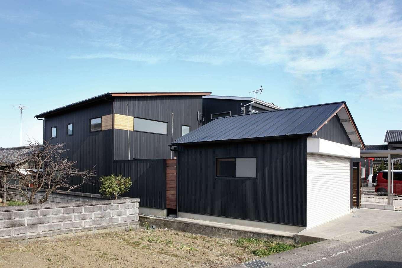 旧宅のガレージと新居を黒で統一。デザイン性の高い外観が周囲で一際存在感を放っている