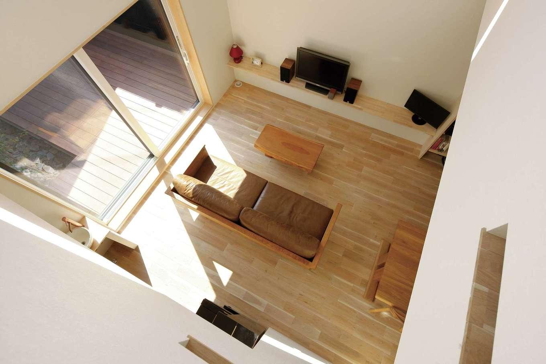 外の光をふんだんに取り込める大窓と、ウッドデッキと一体化したLDKが実際以上の広さを感じさせる。吹き抜けを通じて一階の暖かい空気が家中に広がる