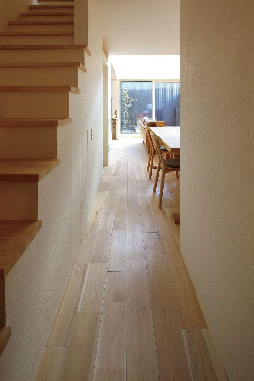 床材は無垢のオニクルミを使用。ナチュラルに仕上げられた床材、建具が空間全体にさらなる統一感を与えてくれている