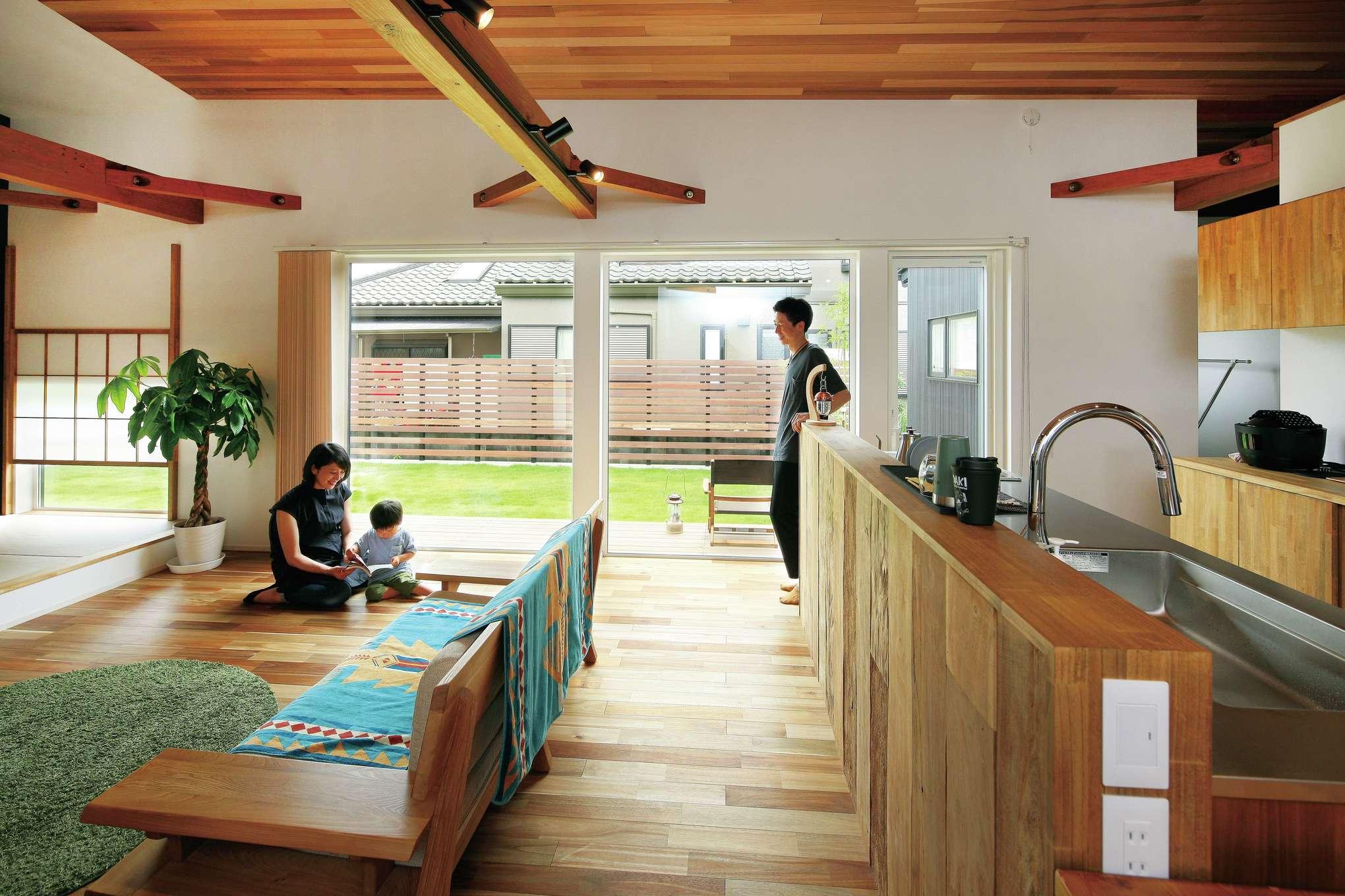 共感住宅 ray-out (レイアウト)【デザイン住宅、趣味、間取り】額縁入りの絵画のように庭の景観を楽しむことの出来るLDK。室内に居ながらアウトドア気分を味わえ、外との繋がりが開放的な空間をより一層引き立てている