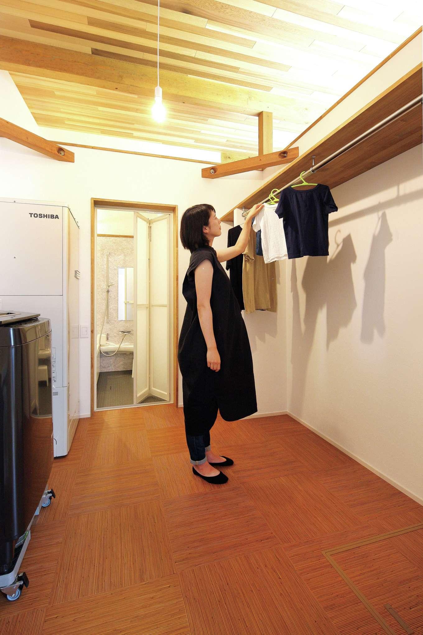 共感住宅 ray-out (レイアウト)【デザイン住宅、趣味、間取り】室内干しコーナーとウォークインクローゼットを確保した脱衣室。生活スタイルに合わせて、緻密に設計された動線が家事の負担を軽減する