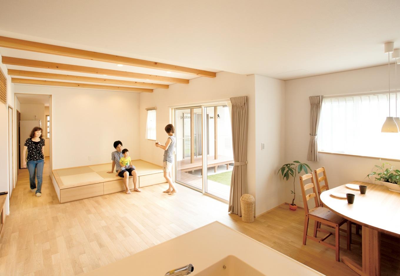 神谷綜合建設 カミヤの家【二世帯住宅、自然素材、省エネ】無垢の木のあたたかみを感じる子世帯。小上がりの畳リビングは、子どもを寝かせたり、洗濯物をたたんだり、ゴロンと横になれたりと大活躍。畳の下は大容量の収納