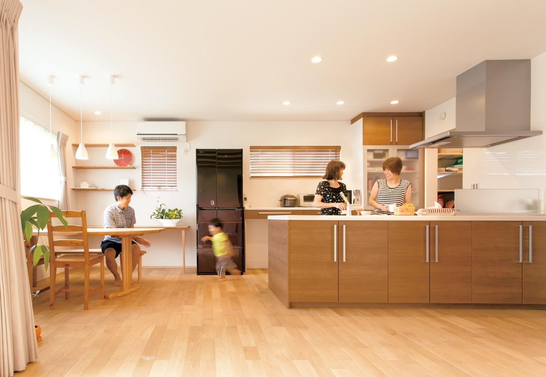 神谷綜合建設 カミヤの家【二世帯住宅、自然素材、省エネ】家族がどこにいても見渡せるオープンキッチン。休日はお母さまと一緒に料理をつくることも