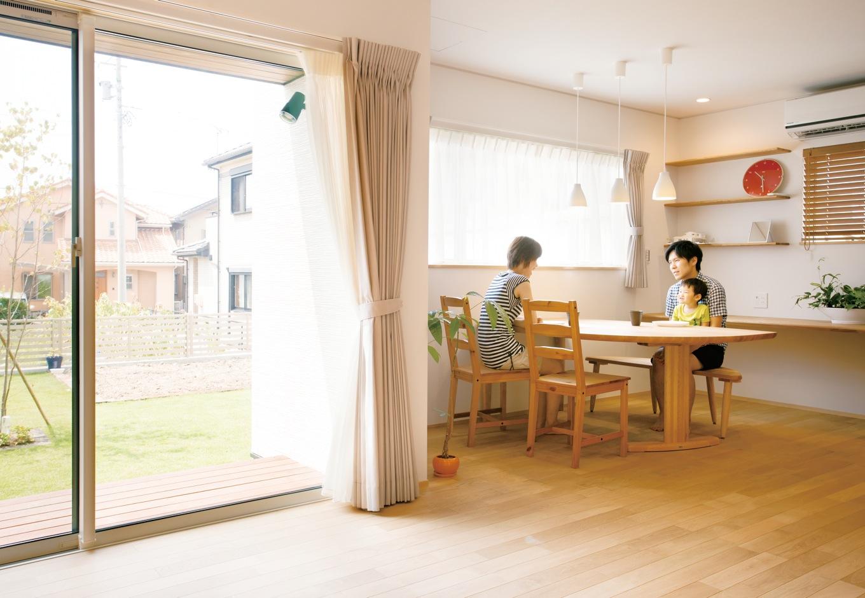 神谷綜合建設 カミヤの家【二世帯住宅、自然素材、省エネ】ウッドデッキを通して外と中が繋がることにより、空間がより広く感じられる