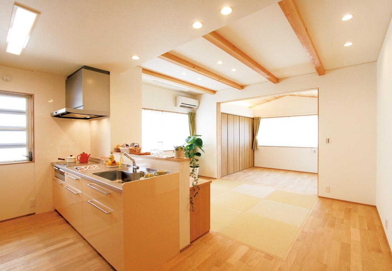 神谷綜合建設 カミヤの家【二世帯住宅、自然素材、省エネ】奥の寝室は、勾配天井に無垢の杉板を張り、安らぎ感を演出