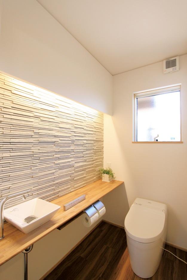 神谷綜合建設 カミヤの家【二世帯住宅、自然素材、省エネ】ホテルライクな1階のトイレ。機能も充実