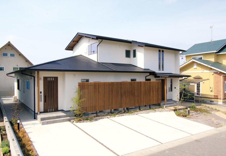 神谷綜合建設 カミヤの家【二世帯住宅、自然素材、省エネ】子世帯の2階建てに親世帯の平屋を繋げた建物は二世帯住宅の理想型。玄関も水回りも別々で、お互いに気兼ねなく暮らせる