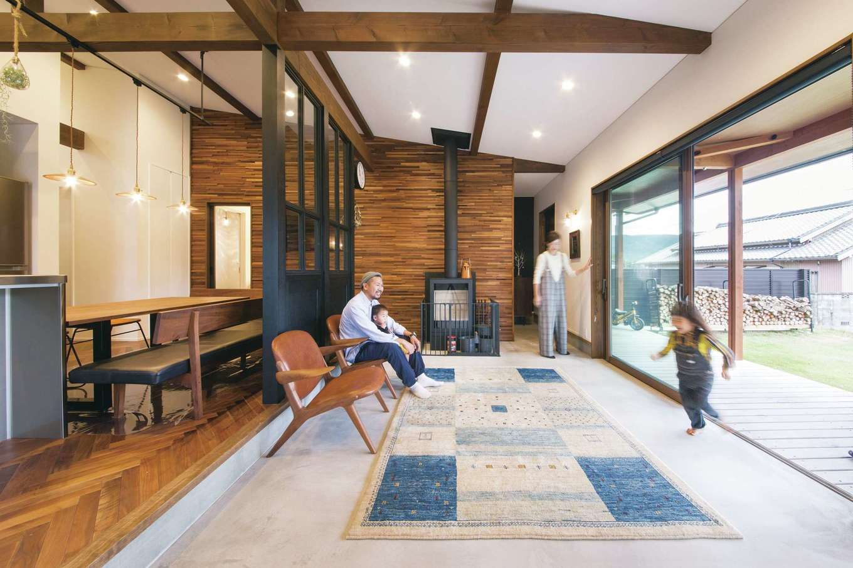 神谷綜合建設 カミヤの家【デザイン住宅、趣味、平屋】大きな窓が内と外をつなぐ、ゆったりとした土間リビング。外から中が見えにくいLow-e複層ガラスを採用することでカーテンのない、開放感たっぷりの暮らしが実現
