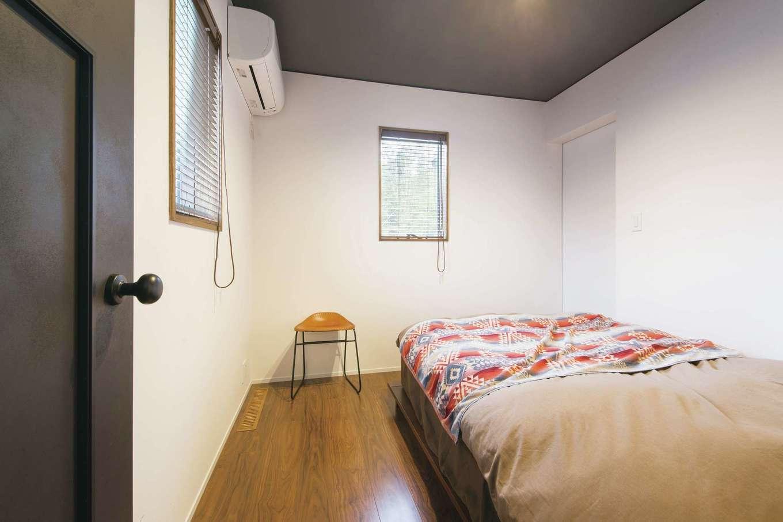 神谷綜合建設 カミヤの家【デザイン住宅、趣味、平屋】天井とドアにアクセントカラーを施した、シンプルながらおしゃれな寝室。奥には4畳のウォークインクローゼットを設けた
