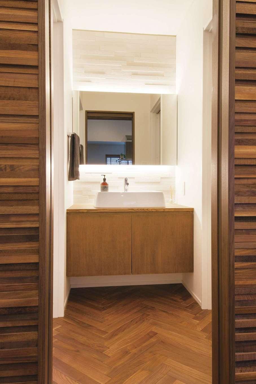 神谷綜合建設 カミヤの家【デザイン住宅、趣味、平屋】トイレと脱衣室の間に、独立した洗面スペースをレイアウト。お風呂を使っていても気にせず使えるのが便利