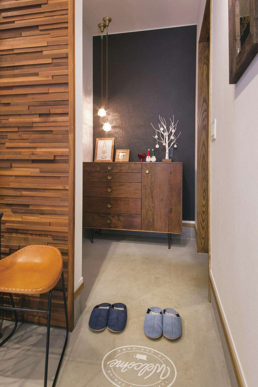 神谷綜合建設 カミヤの家【デザイン住宅、趣味、平屋】玄関とLDKの間には仕切りをなくすことで開放感を演出。床にペイントしたサインが靴を脱ぐ目印