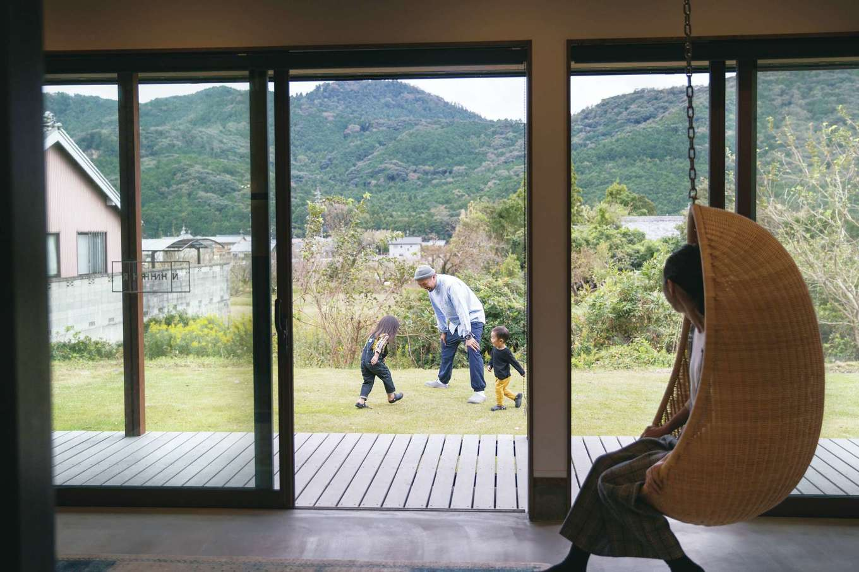 神谷綜合建設 カミヤの家【デザイン住宅、趣味、平屋】「ハンギングチェアに揺られながら、庭で遊ぶ家族を見るのが幸せ」と奥さま。春には桜が、秋には赤や黄色に色づく山が目を楽しませてくれる