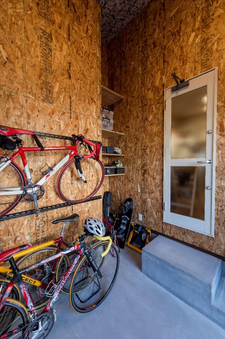 つくし工房【デザイン住宅、趣味、自然素材】ご主人専用ガレージには、ロードバイクのほか、サーフボードも壁にかけておける。室内からも出入りできるので、雨の日のお手入れも便利